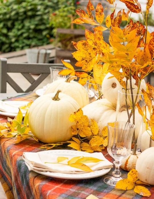 Deko Ideen mit Herbstblättern kosten nichts sind effektvoll Tischdeko draußen festlich gedeckter Tisch im Garten