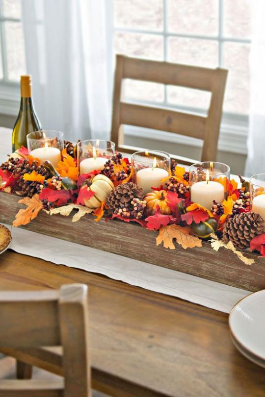 Deko Ideen mit Herbstblättern rustikale Tischdeko auf Holz bunte Blätter Zapfen Kürbisse