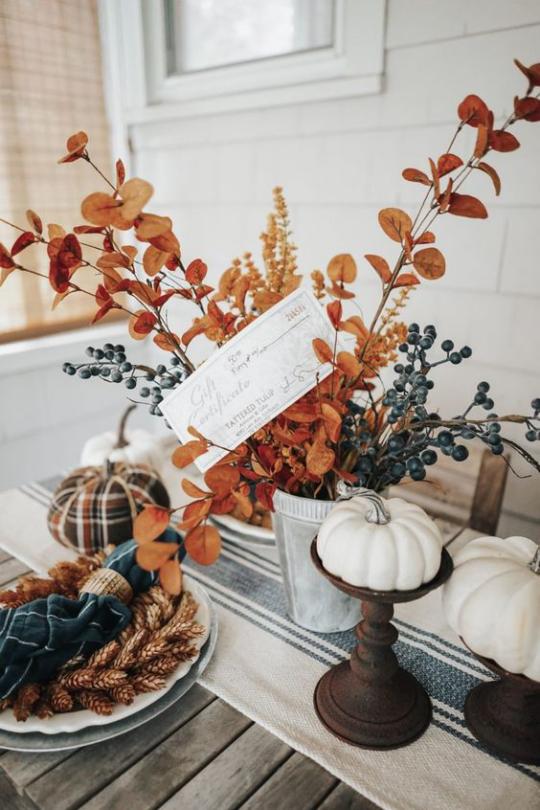 Deko Ideen mit Herbstblättern weiße Baby Boo Kürbisse auf Ständer getrocknete Blätter Beeren Weizenstängel