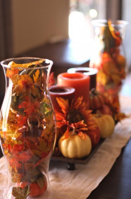 Deko Ideen mit Herbstblättern zeitlos effektvoll Glas mit bunten Blättern Kerzen Kürbisse