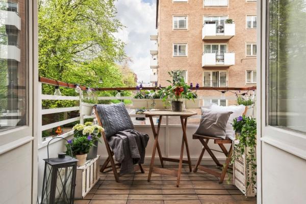 Die passenden Balkonmöbel für jeden Platzbedarf und weitere Tipps moderne terrasse mit skandi chic flair