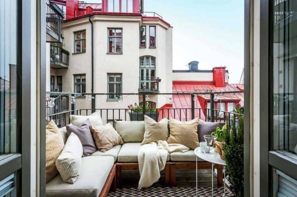Die passenden Balkonmöbel für jeden Platzbedarf und weitere Tipps skandi chick mit ecksofa mit kissen