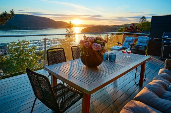 Die passenden Balkonmöbel für jeden Platzbedarf und weitere Tipps tisch und sofa stühle sonnenuntergang sommer balkon
