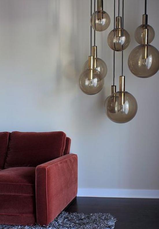 Hängeleuchten aus Glas neben dem Sofa im Wohnzimmer verleihen Charme und Gemütlichkeit