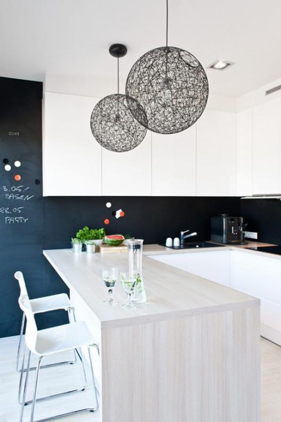 Hängeleuchten kugelförmig über dem Esstisch oder der Kücheninsel komplettieren das Raumdesign