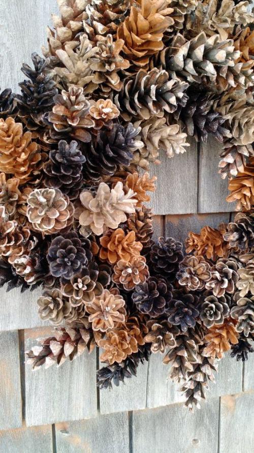 Herbstdeko mit Tannenzapfen Herbstkranz klassische Deko Ideen für drinnen und draußen