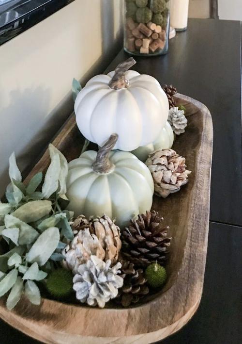 Herbstdeko mit Tannenzapfen Holzschale weiße Kürbisse Zapfen gutes Arrangement auf einer Kommode