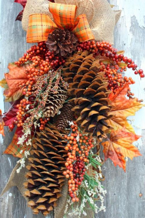 Herbstdeko mit Tannenzapfen als Hänge-Deko mit Herbstblättern und bunten Schleifen Blickfang