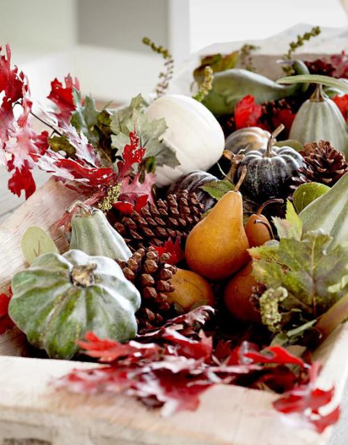 Herbstdeko mit Tannenzapfen in einer Holzschale viele Gaben der Natur Herbstblätter Birnen bunt hübsch