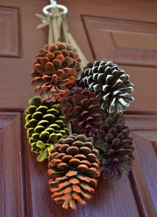 Herbstdeko mit Tannenzapfen mit Farbspray attraktiver machen