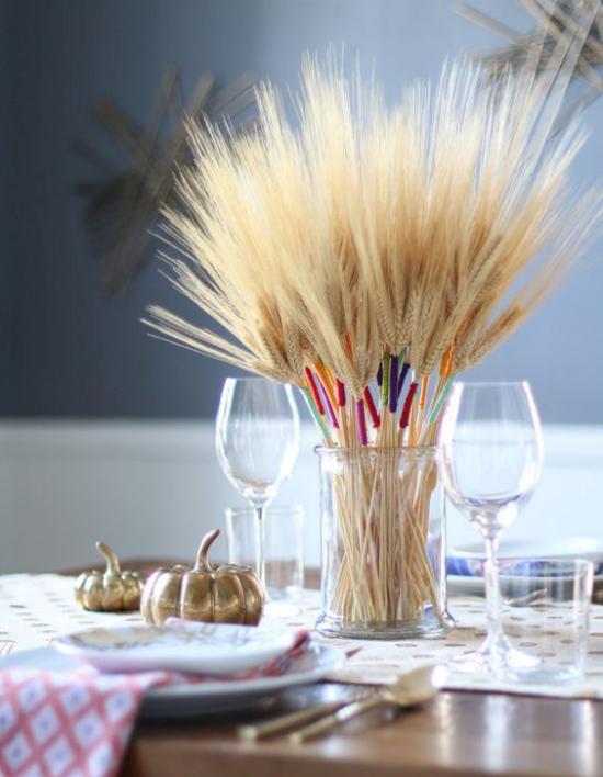 Φθινοπωρινή διακόσμηση με σιτάρι Εντυπωσιακό γυαλί διακοσμημένο με μίσχους σιταριού στο τραπέζι, διακοσμημένο το φθινόπωρο δύο μικρές κολοκύθες