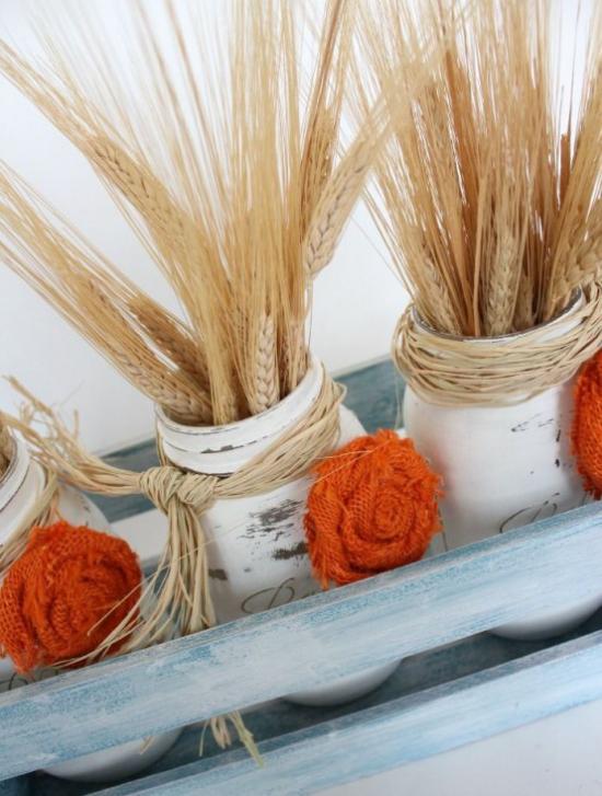 φθινοπωρινή διακόσμηση με γυαλιά σίτου βαμμένα σε λευκούς μίσχους σιταριού πλεκτά λουλούδια σε πορτοκαλί αγροτική διακόσμηση