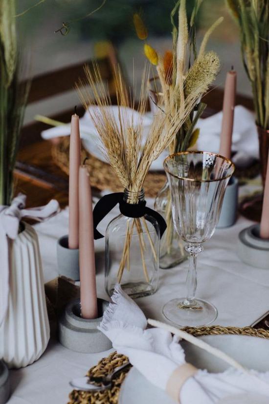 Herbstdeko mit Weizen Tischdeko Glas mit Weizenhalmen rosa Kerzen ländliche Deko Idee