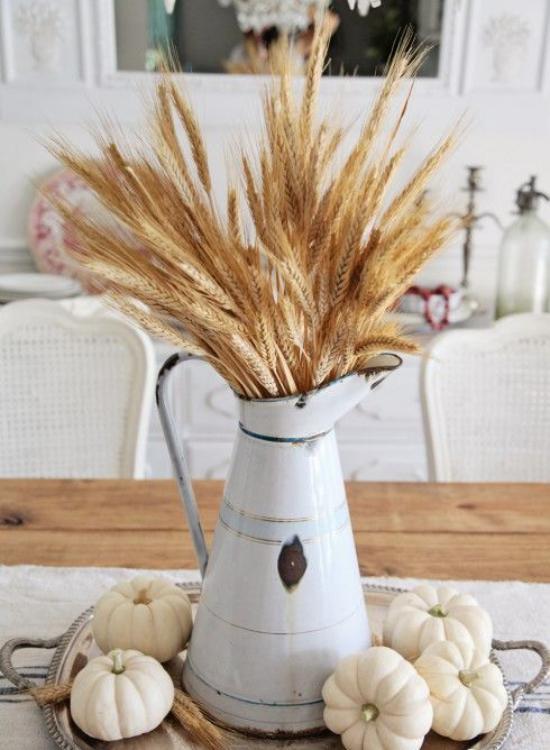 Φθινοπωρινή διακόσμηση με σιτάρι Εκλεκτής ποιότητας ποτιστήρι με μίσχους σίτου σε αυτό Κολοκύθες σε ασημένια πιατέλα