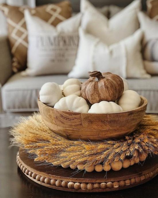 Φθινοπωρινή διακόσμηση με στεφάνι σίτου στο τραπέζι του καφέ Βάση για διακόσμηση κολοκύθας σε ένα ξύλινο μπολ