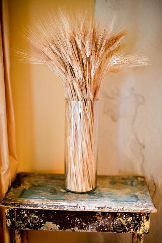 Το Herbstdeko με βάζο με σιτάρι ψηλό βάζο σιταριού είναι τοποθετημένο Vintage τραπέζι σε μια γωνία