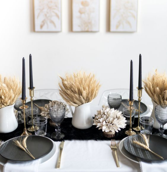 φθινοπωρινή διακόσμηση με σιτάρι αγροτικής αφής που οδηγεί σε μια κομψή διακόσμηση τραπεζιού σε λευκό και μαύρο
