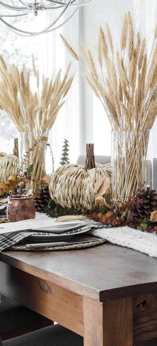 Φθινοπωρινή διακόσμηση με σιτάρι αγροτική διακόσμηση δύο βάζα σιτάρι κολοκύθες κολοκύθες κουκουνάρια πεύκο φθινοπωρινά φύλλα