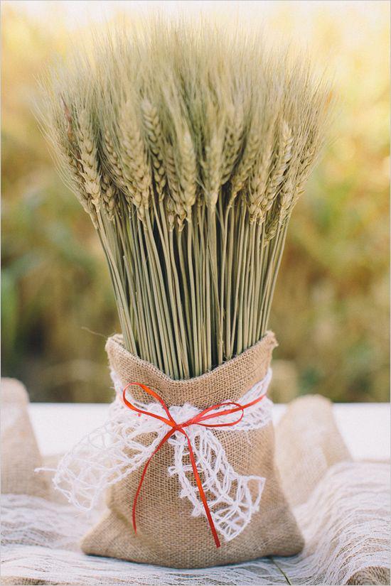 Φθινοπωρινή διακόσμηση με όμορφες ιδέες διακόσμησης σιταριού Μίσχοι σιταριού σε σάκο με φιόγκο και κορδέλα