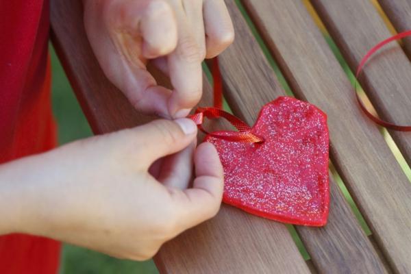 Salzteig machen Herzen Girlande basteln zum Valentinstag Salzteig Ideen