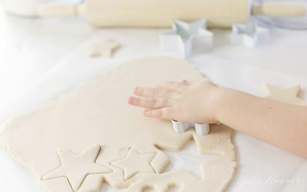 Salzteig machen Rezept Salzteig kneten ausstechen und backen