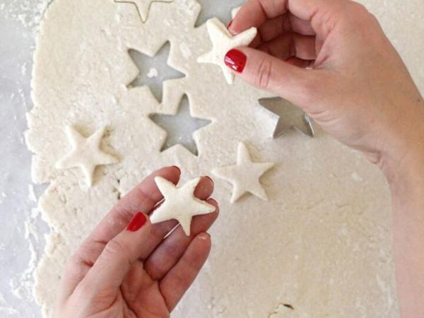 Salzteig machen Sternchen Girlande basteln Teig ausstechen Salzteig Ideen