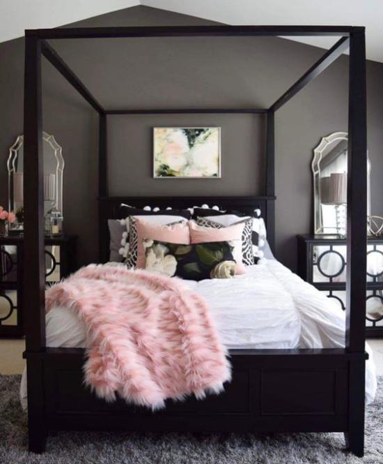 Schlafzimmer Ideen in Schwarz und Rosa Himmelbett dunkles Holz dunkelgraue Wand Teppich rosa Wurfdecke Kunstpelz Wurfkissen
