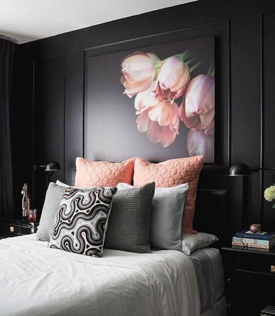 Schlafzimmer Ideen in Schwarz und Rosa dunkle Wand Bild rosa Tulpenr