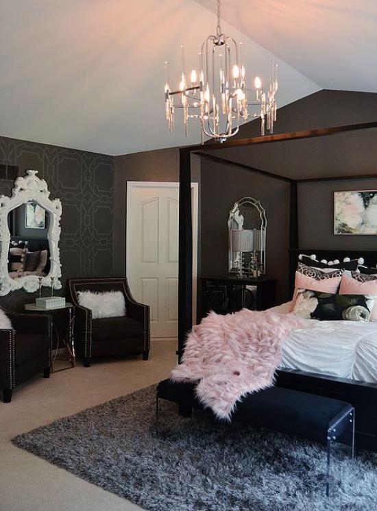 Schlafzimmer Ideen in Schwarz und Rosa dunkle Wand Kronleuchter grauer Teppich Spiegel rosa Wurfdecke aus Kunstpelz