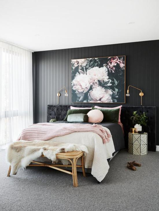 Schlafzimmer Ideen in Schwarz und Rosa dunkle Wand bequemes Bett schwarz-weiße Tagesdecke rosa Strickdecke Wandbild rosa Blüten