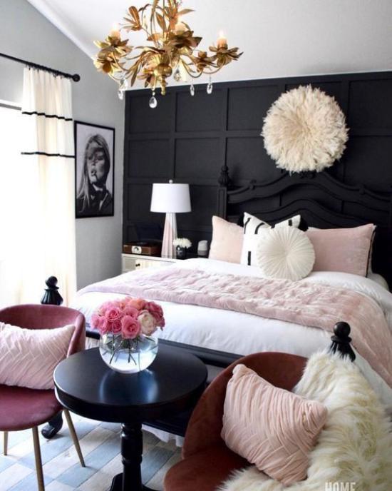Schlafzimmer Ideen in Schwarz und Rosa dunkle Wand großes bequemes Bett rosa und weiße Bettwäsche Wandbild