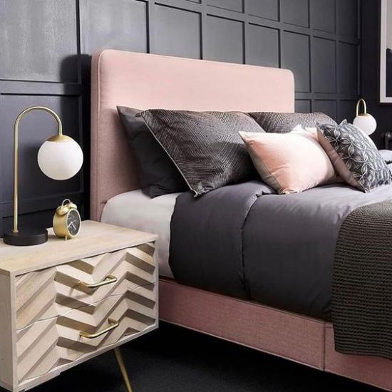 Schlafzimmer Ideen in Schwarz und Rosa dunkle Wand rosa Bett dunkelgraue Bettwäsche