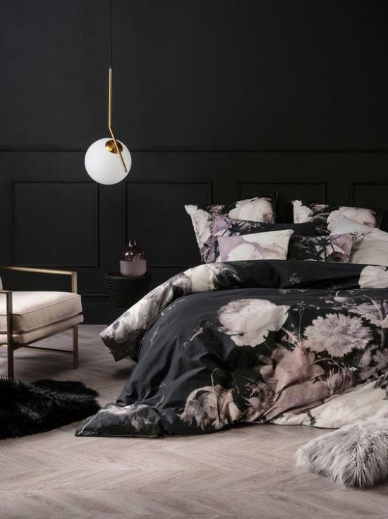 Schlafzimmer Ideen in Schwarz und Rosa dunkles Interieur weiße Lampe niedriges Bett Tagesdecke Blütenmuster stilvoll mystisch zugleich