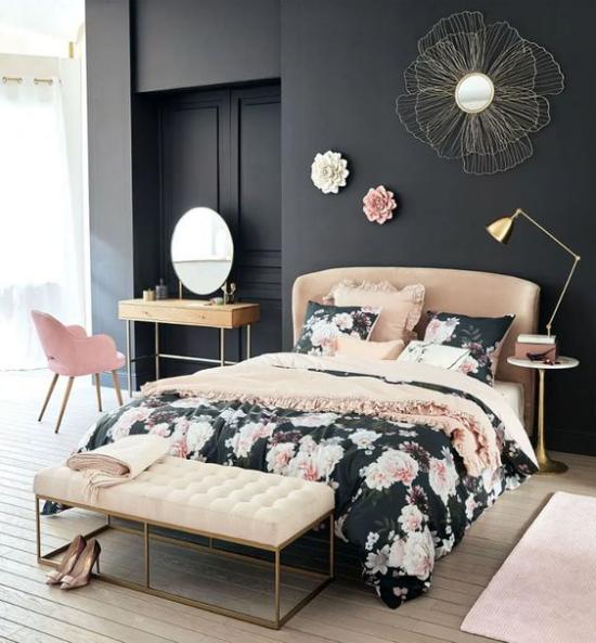 Schlafzimmer Ideen in Schwarz und Rosa elegantes Bett Bettdecke im Blütenmuster dunkle Wand