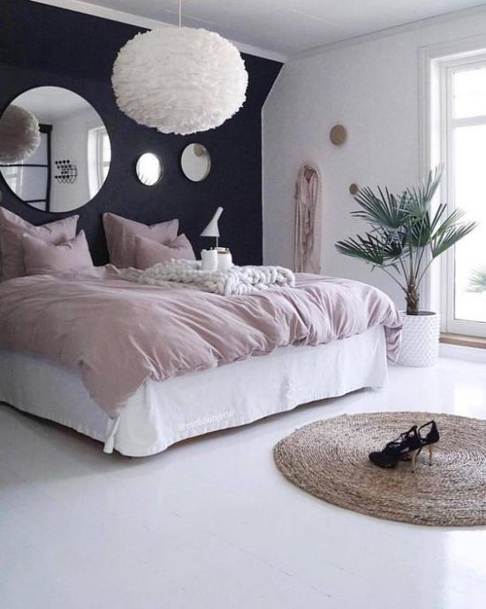Schlafzimmer Ideen in Schwarz und Rosa großer heller Raum weißer Bodenbelag Rose Quartz