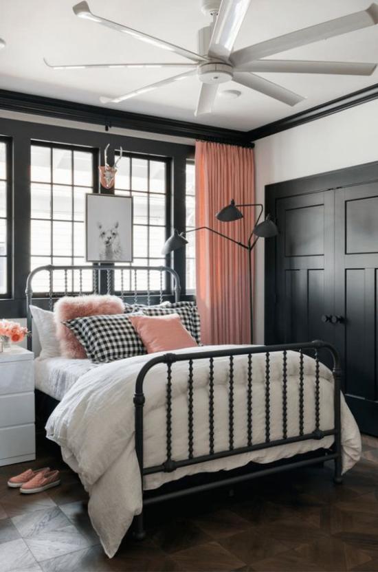 Schlafzimmer Ideen in Schwarz und Rosa schwarzes Metallbett rosafarbene Fenstergardinen weiße Bettwäsche