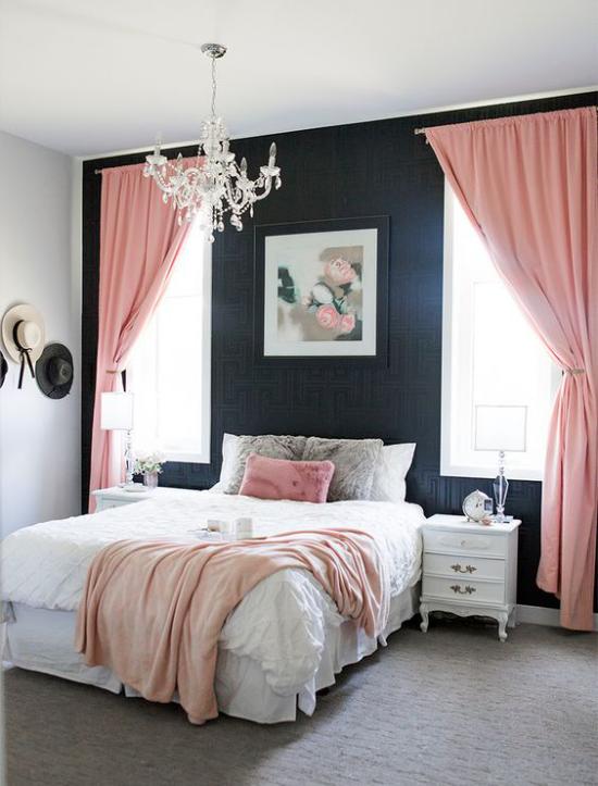 Schlafzimmer Ideen in Schwarz und rosa großes helles Zimmer rosafarbene Fenstergardinen bequemes Bett dunkle Wand