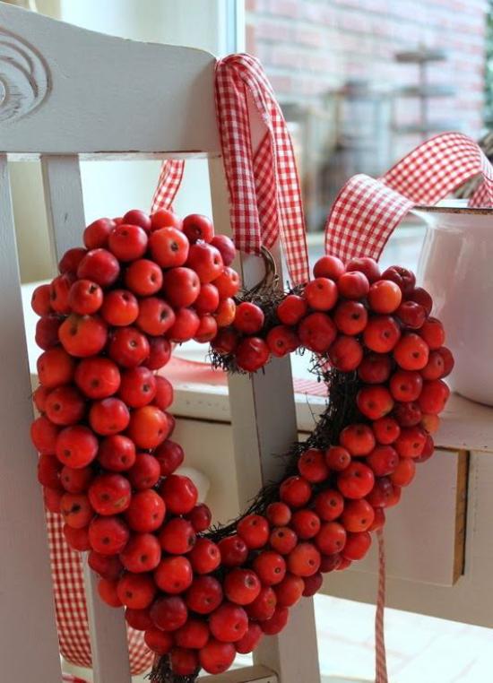 Türkranz mit Äpfeln basteln Kranz in Herzform nur rote Äpfel am Stuhl gehängt weiß-rot karierte Schleife
