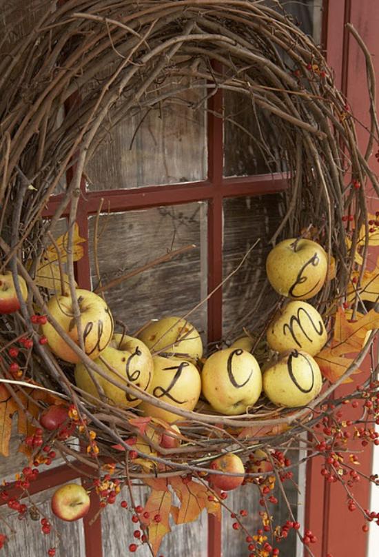 Türkranz mit Äpfeln basteln Zweige in Kranzform gelbe reife Äpfel Türschmuck