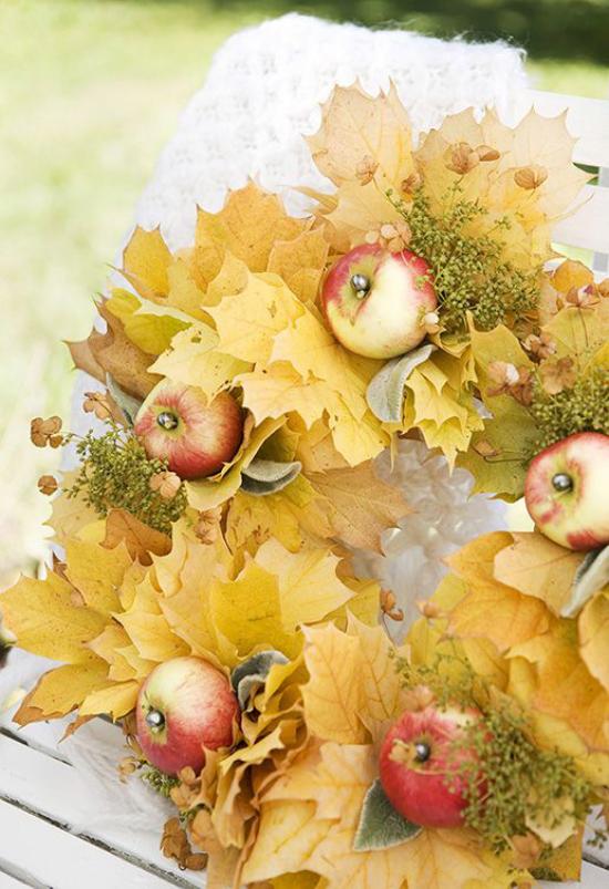 Türkranz mit Äpfeln basteln gelbe Äpfel gelbe Herbstblätter Kranz auf dem Tisch