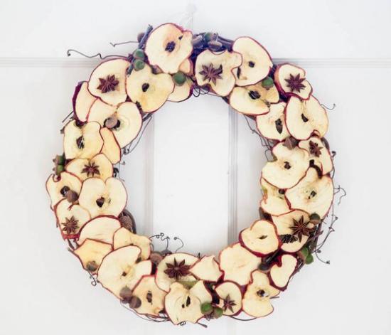 Türkranz mit Äpfeln basteln getrocknete Äpfel in Scheiben geschnitten kein traditionelles Aussehen