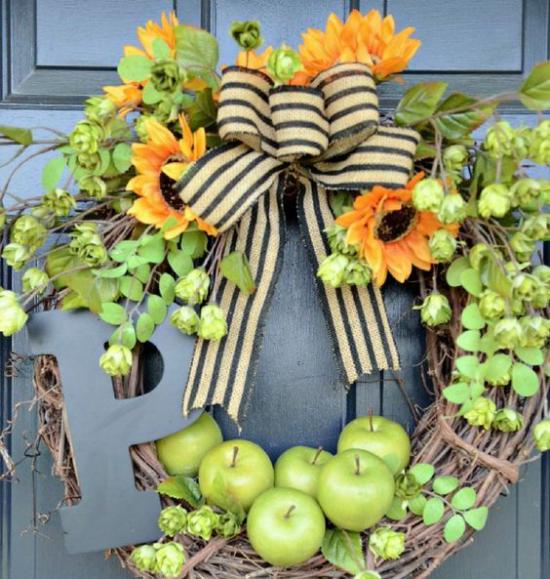 Türkranz mit Äpfeln basteln grüne Äpfel Sonnenblumen Zweige große Schleife schone Türdeko