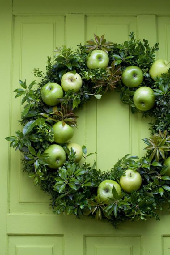 Türkranz mit Äpfeln basteln grüne Äpfel frische grüne Zweige Blätter schöner Look