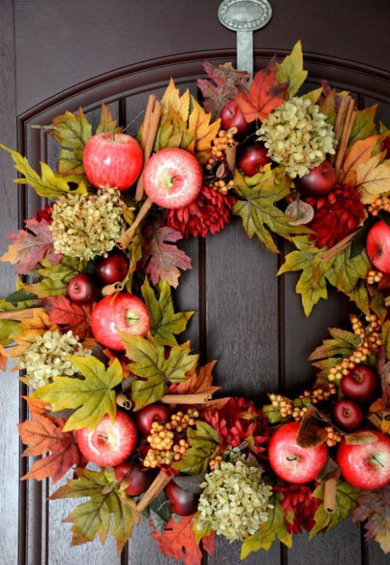 Türkranz mit Äpfeln basteln rote Äpfel Hortensien Herbstblätter tolles DIY Projekt
