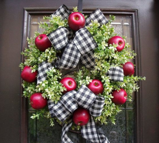 Türkranz mit Äpfeln basteln rote Äpfel viel Grün eine schwarz-weiß karierte Schleife