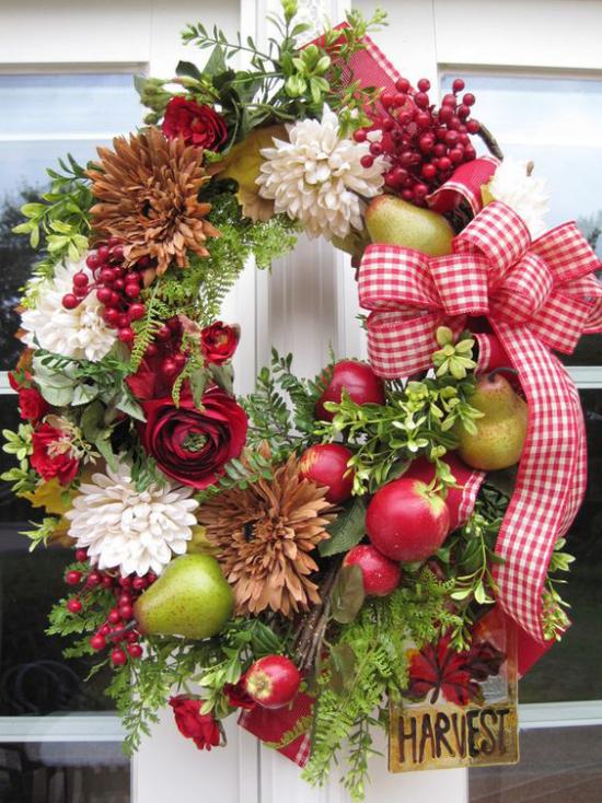 Türkranz mit Äpfeln basteln rote Äpfel weiße Chrysanthemen grüne Birnen Farn große Schleife Blickfang an der Eingangstür