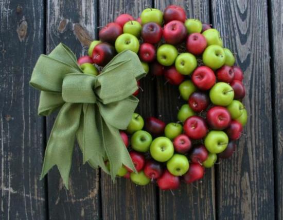 Türkranz mit Äpfeln basteln rote und grüne Äpfel zusammen mischen große grüne Schleife