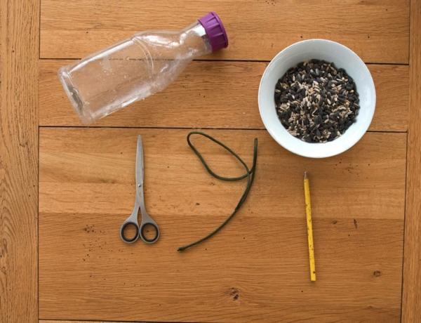 Vogelfutterspender selber bauen Plastikflasche Materialien und Anleitung