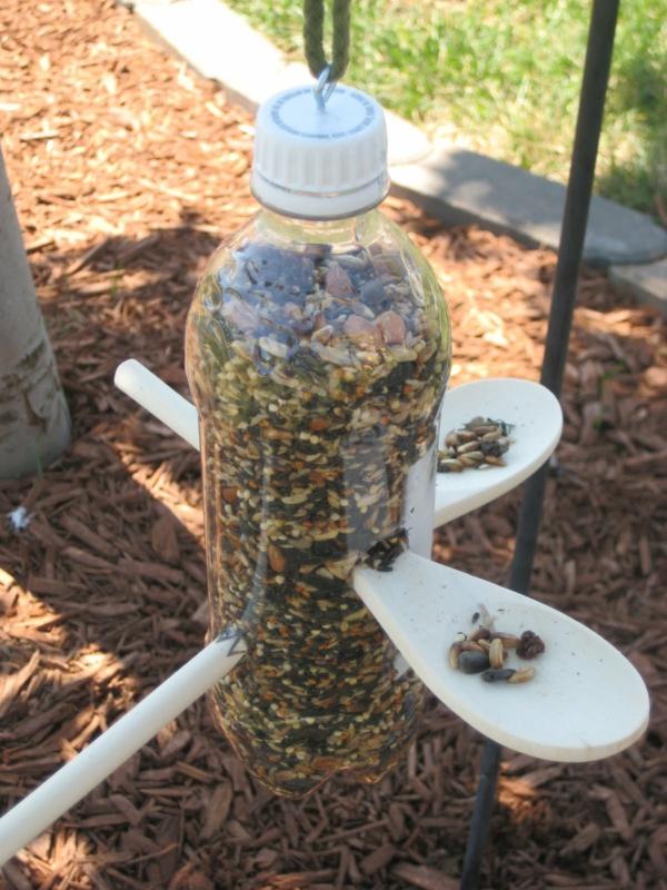 Vogelfutterspender selber bauen Plastikflasche wiederverwenden Holzlöffel
