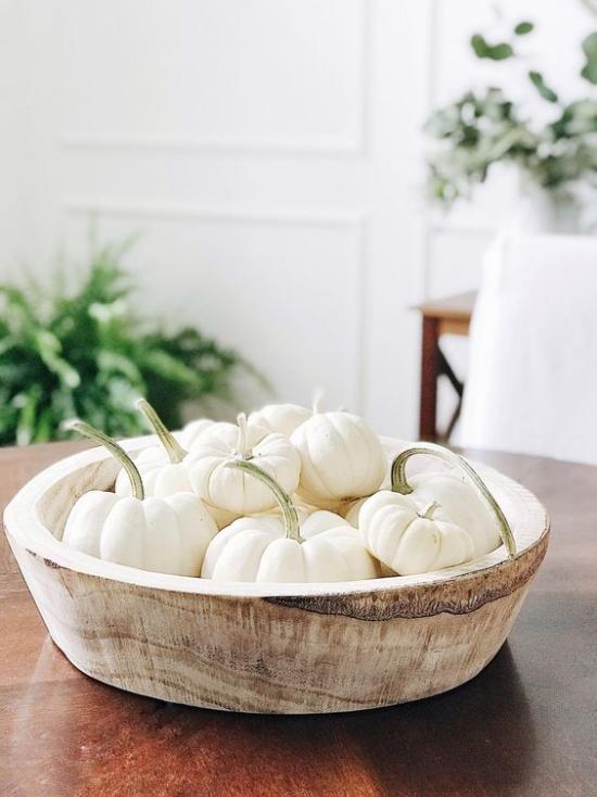 Weiße Kürbisse herbstliche Tischdeko Baby Boo Kürbisse in einer Schale auf dem Esstisch Blickfang im Raum